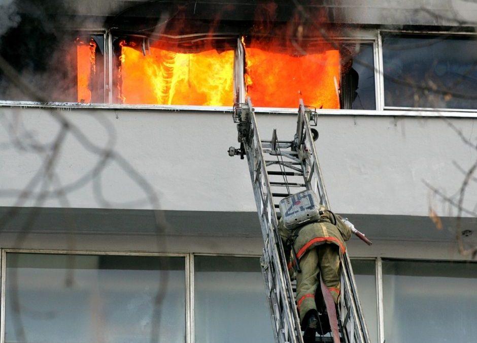 Un hombre salta desde un tercer piso escapando de un incendio en su casa en Madrid